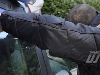 Marocchino armato di coltello minaccia giovane che accompagnava bimbo