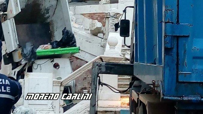 Si sfrena furgone nettezza urbana, distrutta scalinata Piazza Pianciani a Spoleto