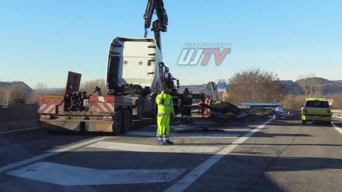 Incidente sulla E45, tir centra in pieno lo svincolo, bloccata la Perugia-Ancona