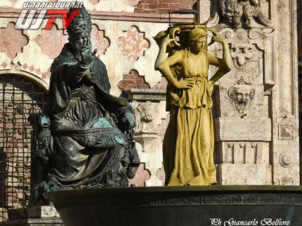 StatuetteDorateFontanaMaggiore (2)