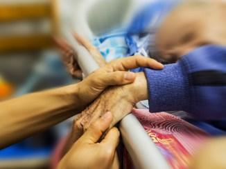 Badante col vizio dell'alcool abbandona due anziani malati
