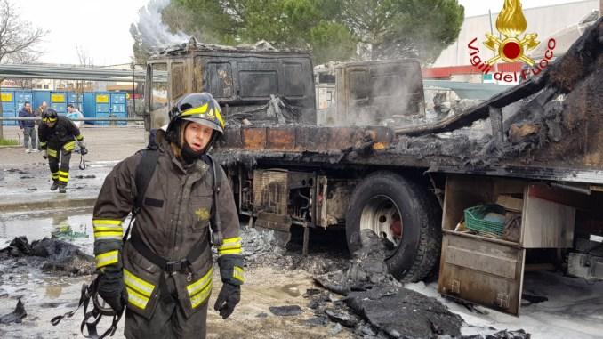 Due autoarticolati prendono fuoco, duro lavoro per i vigili del fuoco