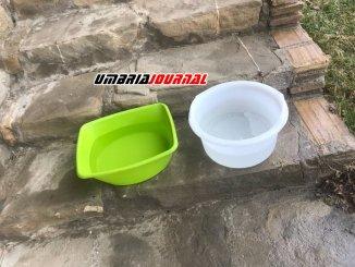 Manca l'acqua da giorni, a Beviglie famiglie raccolgono quella piovana