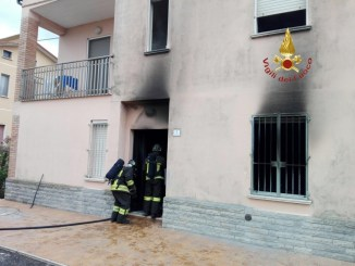 Incendio abitazione, una persona intossicata, vigili del fuoco sul posto
