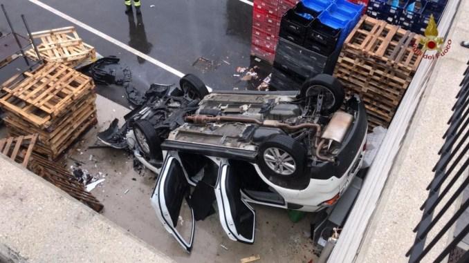 Incidente stradale a Perugia, auto finisce dentro magazzino e si capovolge