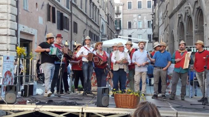 Grande successo del Maggio bello in piazza Matteotti a Perugia