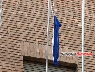 Agricoltore di Bastia Umbra strappa le bandiere dai palazzi del comune