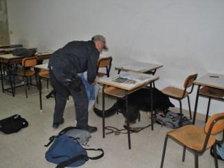 Marijuana e hashish a scuola in mezzo ai libri e zaini, beccati due studenti