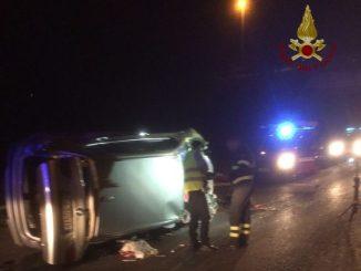 Incidente stradale, si ribalta con l'auto e finisce in ospedale