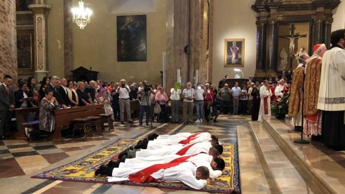 Ordinati dal cardinale Bassetti, nella cattedrale di San Lorenzo, sei giovani sacerdoti