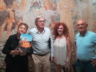 VittorioSgarbiin visita, a sorpresa, all'Oratorio della Madonnuccia a San Martino in Campo