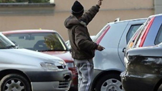 Parcheggiatore abusivo, straniero di 16 anni, picchia agente