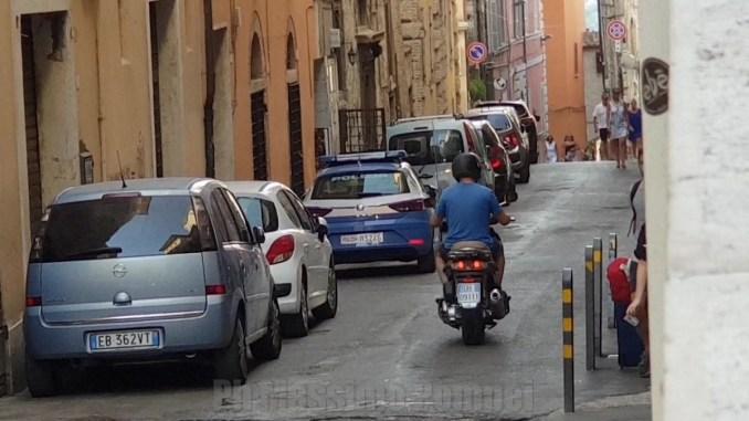 Rissa a colpi di bastone tra commerciati in centro a Perugia, due feriti