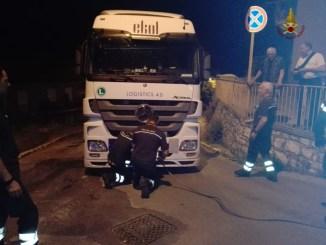 Contromano ad Elce di Perugia, autoarticolato rimane incastrato in una via