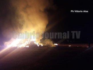 Scoppia incendio nella notte ad Assisi, a fuoco campo di paglia