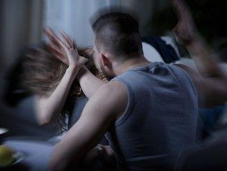 La cena non è pronta picchia convivente e figlio albanese denunciato e rimpatriato