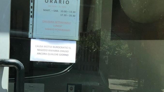 Negozio di assistenza telefonica chiuso, clienti truffati denunciano