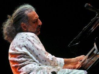 Stefano Bollani a Umbria Jazz con Que Bom, Brasile e favelas all'Arena