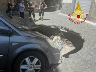 Si apre voragine a Orvieto, due auto coinvolte, nessun ferito