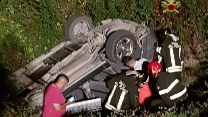 Incidente nella notte a Magione auto si ribalta fuoristrada due feriti lievi