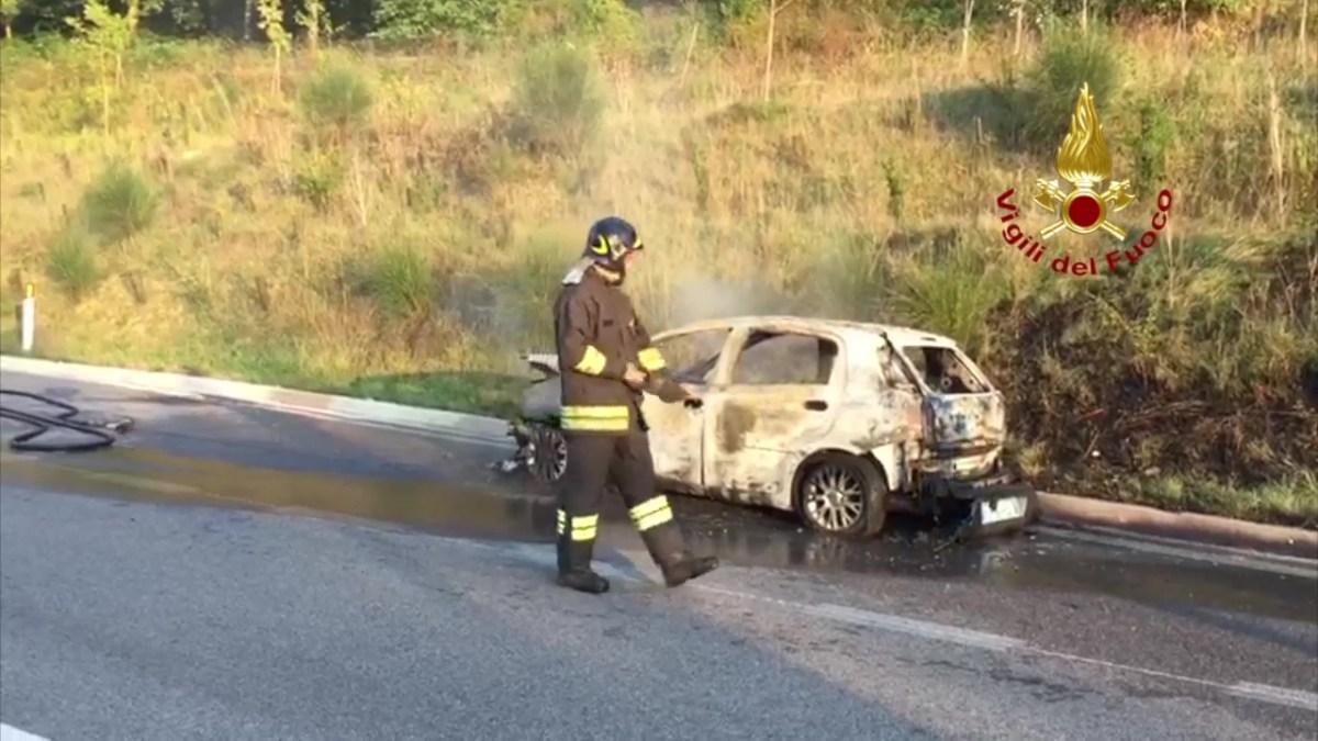 A fuoco un'auto lungo la Perugia Ancona, nessun ferito, ma traffico in tilt [Foto video]