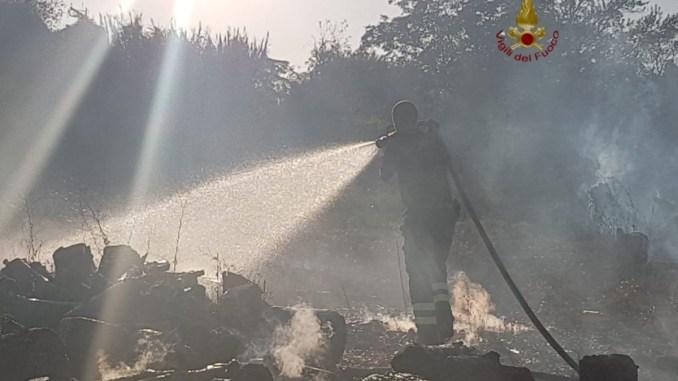 Legna si incendia nei pressi di Deruta, vigili del fuoco sul posto