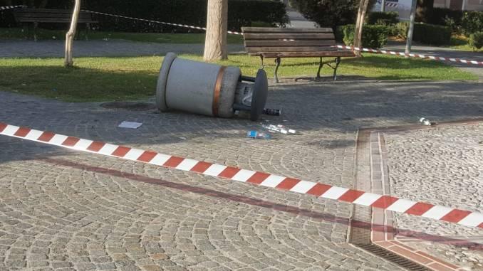 Atti vandalici in piazza Vittoria a Spoleto cestini e raccoglitori nel mirino
