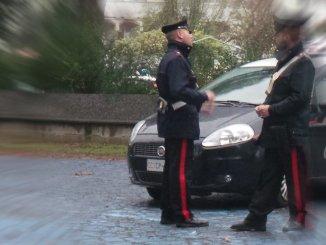 Con la pistola rapina una donna, sotto minaccia le ruba l'auto