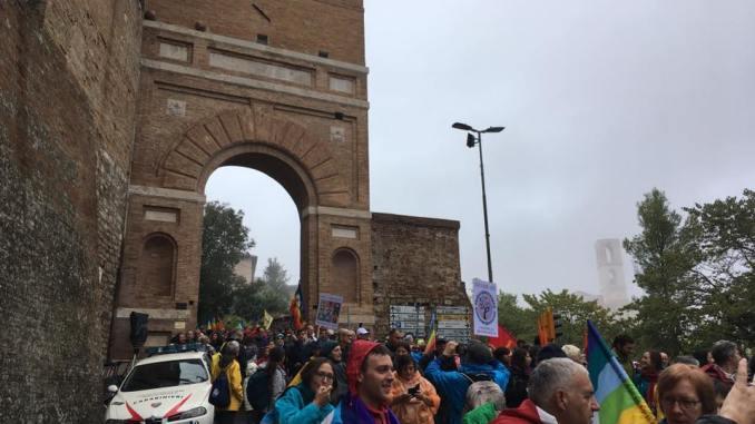 La PerugiAssisi è partita, si marcia con la pioggia e sotto gli ombrelli