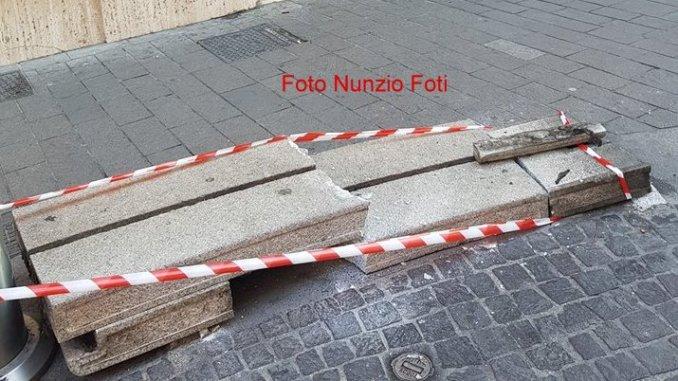 Furgone centra panchina in piazza Tacito a Terni e la distrugge
