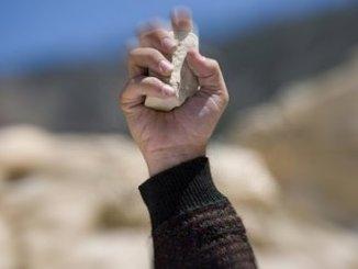 Lancia pietre su Bus Italia più volte denunciato ora è stato arrestato