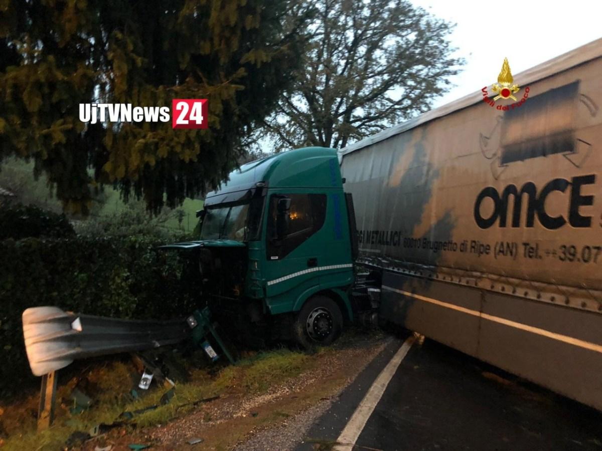 Incidente stradale a Castello, camion su auto, feriti codice rosso