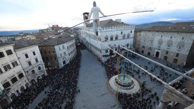 Il funambolo Andrea Loreni torna a camminare su Perugia