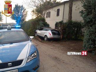 Fuga in auto, due spacciatori si schiantano su paletti e alberi, arrestati