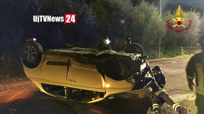 Incidente stradale all'alba auto si ribalta a Castiglione del lago, ferito conducente