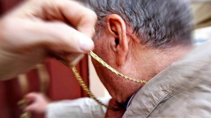 Ruba la collanina d'oro ad un anziano, arrestata dalla Polizia