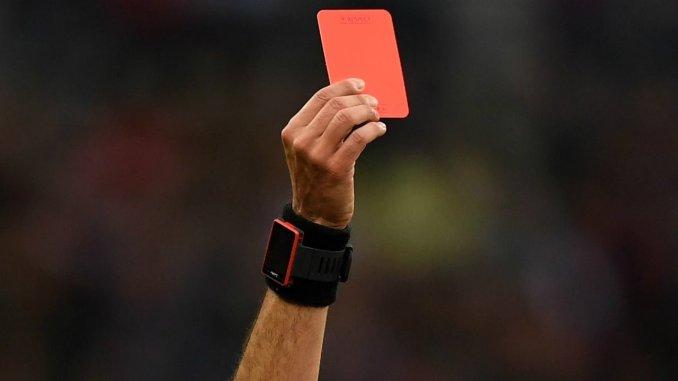 Daspo ad un calciatore, arbitro lo espelle e lui gli sferra un calcio