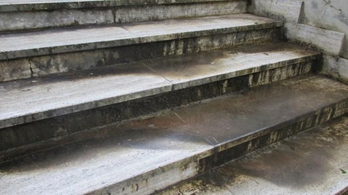 Cimitero Pieve di Campo, sempre pericolose le scale