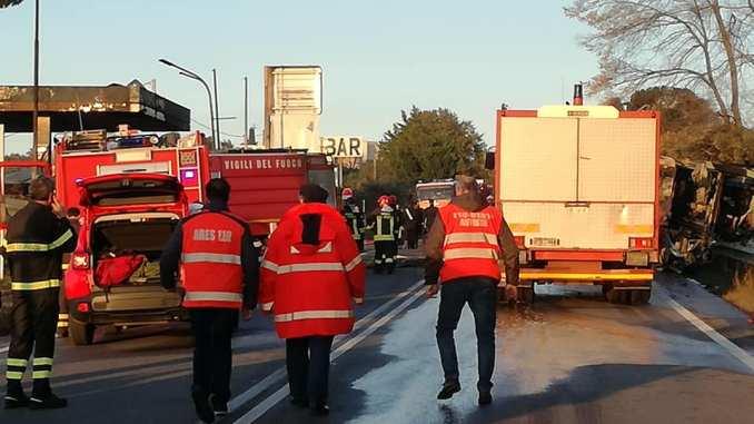 Esplosione a distributore di benzina su via Salaria, 15 feriti, anche vigili del fuoco