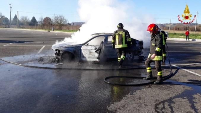 Auto in fiamme sull'Autosole A1 stazione servizio Tevere, nessun ferito
