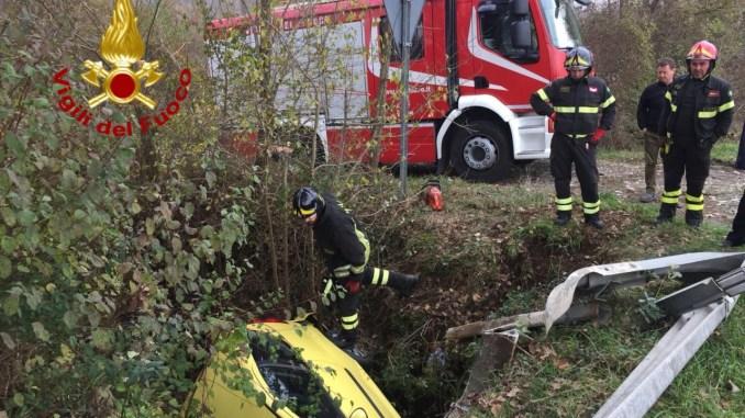 Incidente stradale sulla Pievaiola, auto finisce dentro un fossato, due feriti