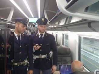 Vende abusivamente bibite e panini sul treno, e poi minaccia capotreno