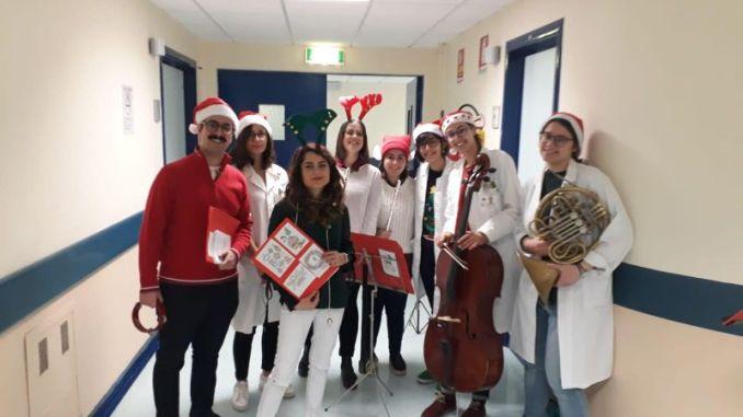 Umanizzazione ospedale studenti medicina cantano per Natale nelle corsie