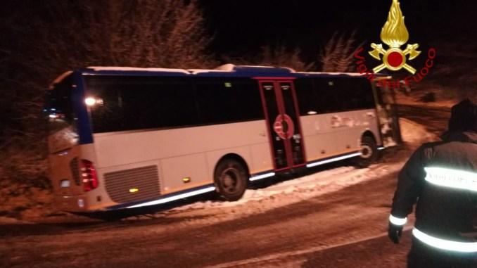 Autobus intraversato a Gubbio a causa neve, autogru per il recupero