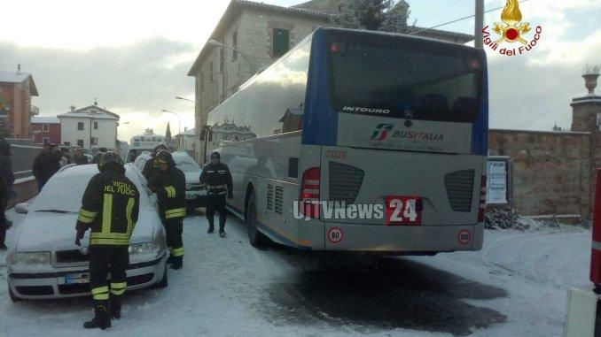Incidente stradale a Gubbio tra pullman e due vetture, feriti lievi