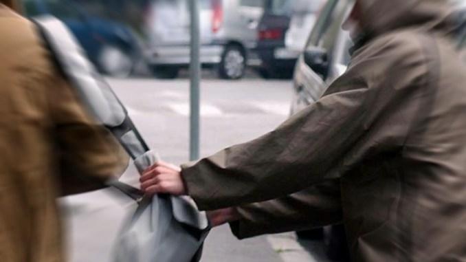 Rapina una donna per strada, la polizia di stato lo rintraccia