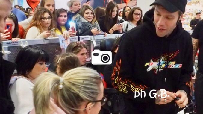 Fedez al Quasar centinaira di giovani, tutti volevano l'autografo