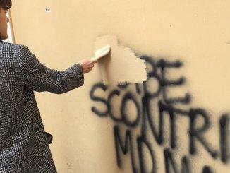 Blocco Studentesco ripulisce le scritte contro il ricordo delle foibe