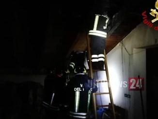Incendio camino distrugge tetto casa a Gualdo Tadino, nessun ferito