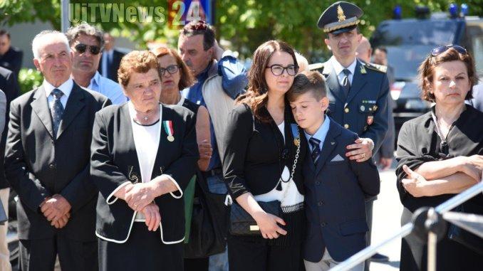 Donato Fezzuoglio e l'albero della legalità davanti alla scuola a Perugia [Foto]
